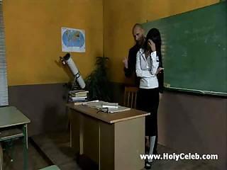 Красивая учительница была крайне недовольна поведением своих студентов, так
