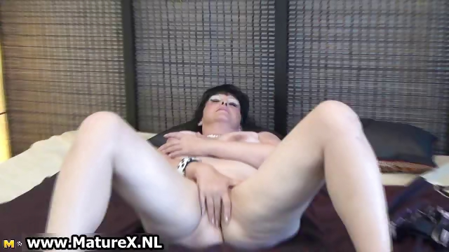 Porno Video of Mature Lady Spreads Her Shaved Pussy