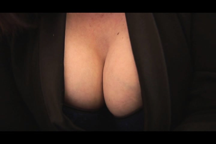 Busty mature babe cameltoe and plump pussy show