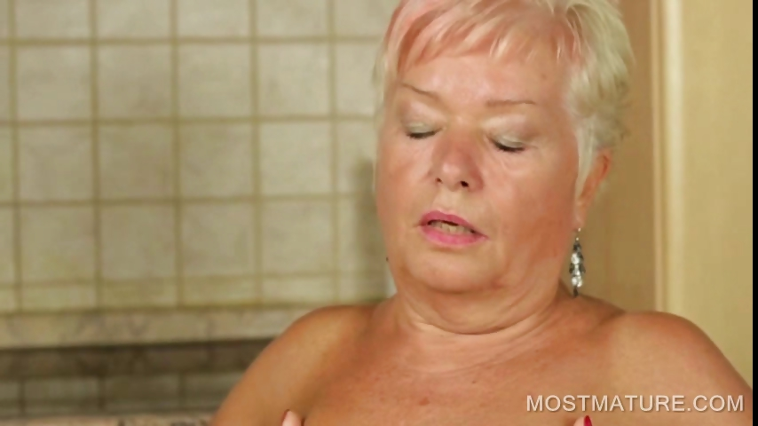 Porno Video of Mature Babe Pleasureing Cunt