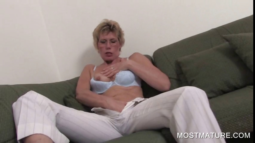 Porno Video of Blonde Mature Spreading Pink Cunt