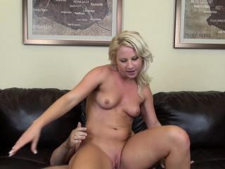 divoká blondýna kimmy olsen ví, jak pracovat s mokrou kundičkou na tvrdém péro