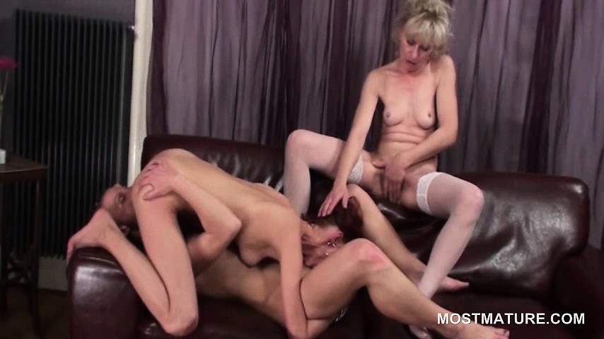 Lesbo matures licking hairy twats in 3some