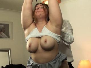 sexy horny slut w upale dostaje jej gardło fucked do łez