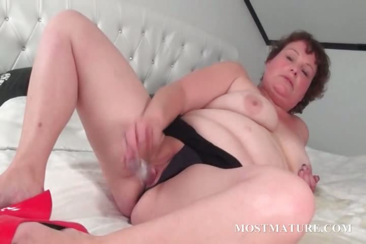 Porno Video of Mature Slut Pleasuring Her Pussy In Bed