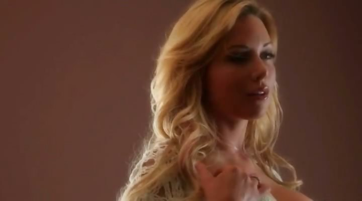 Porno Video of Blonde Beauty Kayden Kross With A Perfect Body Masturbates