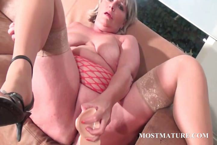 Porno Video of Mommy Dildo Fucking Her Hungry Twat