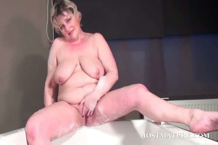 Porno Video of Mature Bitch Dildoes Snatch In Bathtub