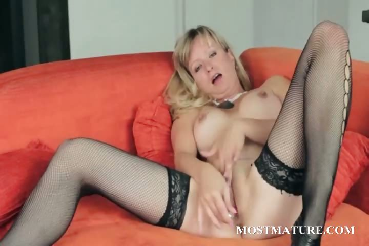 Sex Movie of Mature Babe Loves To Please Her Pussy