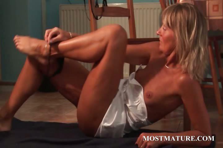 Porno Video of Skinny Mom Vibrating Hungry Snatch