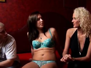 Nadržený Chlap Má S Amsterdamskými Prostitutkami Nějaké Potěšení