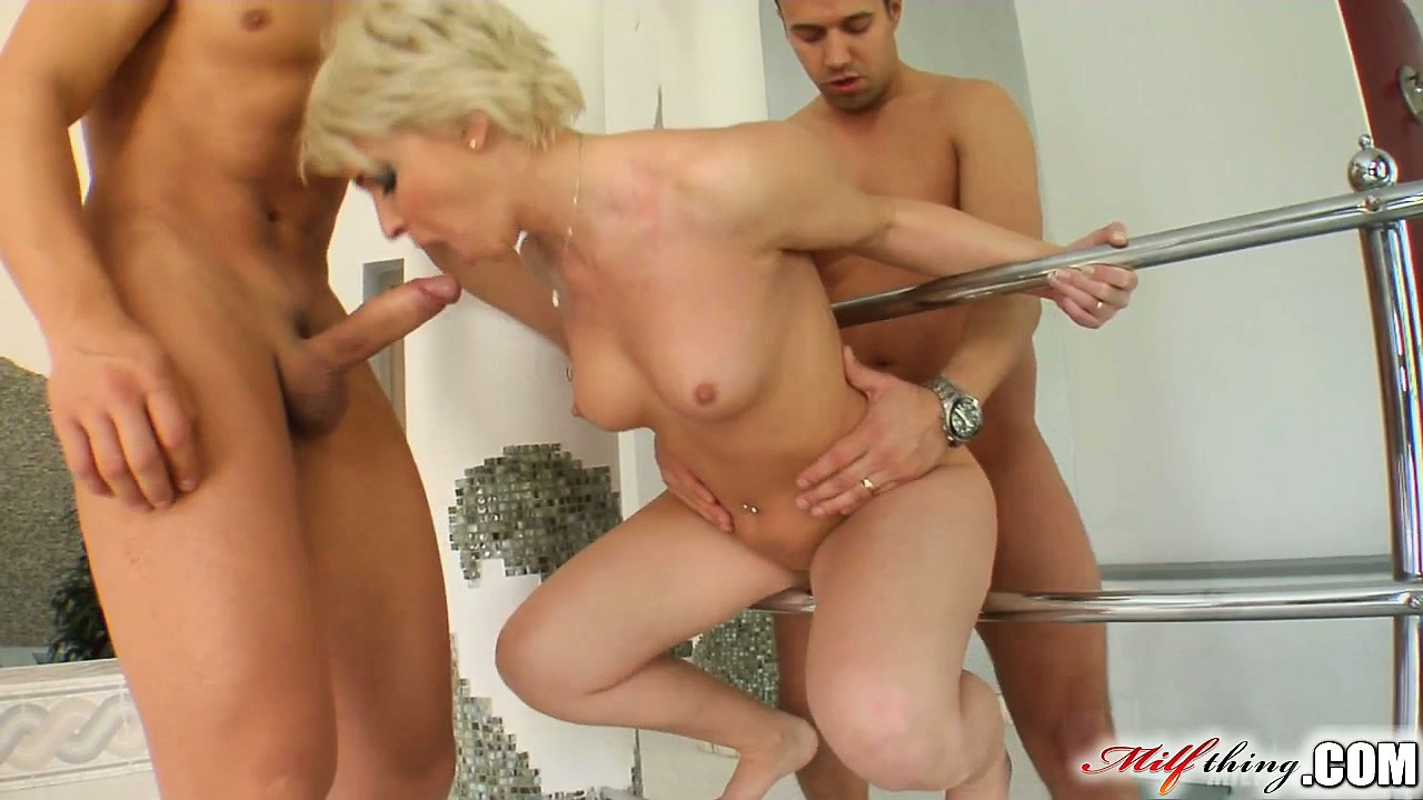 Short haired milf does double anal penetration
