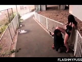 ओंगळ jap बाळ घेते अ पेशी outdoor आणि मिळते मांजर चाटले