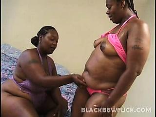 wij brengen u twee heet zwart groot schoonheden in sexy bikini's