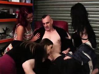 शरारती सीएफएनएम ब्रिटीश मुली द्या blowjob करण्यासाठी नग्न माणूस