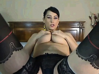 beautiful cam girl shows off her pussy