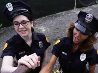 kaksi nainen poliisit arrest iso kukko musta