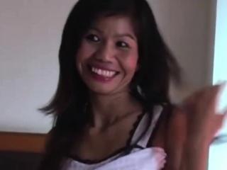 petite thai jente pundret hardt av a stor hvit kuk