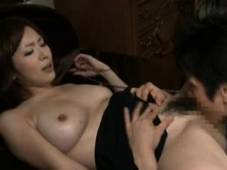 japans milf geniet pik in beide gaten gedurende sexy xxx