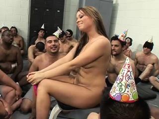 kuuma tyttö syö a cake kanssa cum
