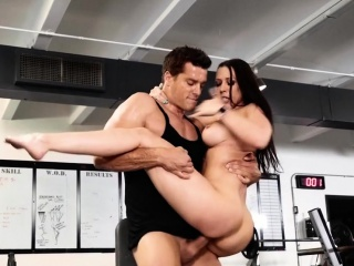 sneaky fitness girl gets pussy licking hiding from her bf