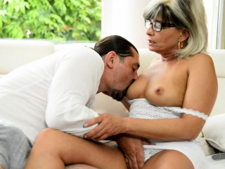 mature lady sucking and deepthroating dick