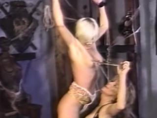 busty lesbo dominatrix rankaisee sub jälkeen pelaaminen kanssa hänen
