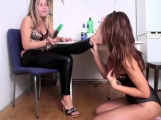 lesbian girls lick their feet