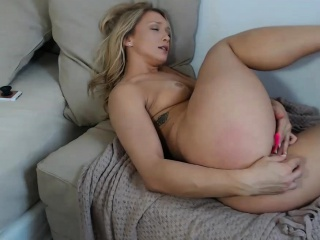 charming blonde camslut makes her cunt contract