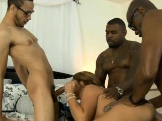 grmovit žena dvostruko pijan po crno muškarci u the spavaća soba