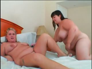 lesbian pussy licking and dildoing with bbw lovers